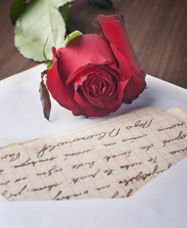 curare teneramente: Lettera d'amore e rosa da vicino Archivio Fotografico