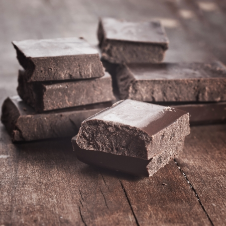 chocoladereep: chocolade op oude houten plank