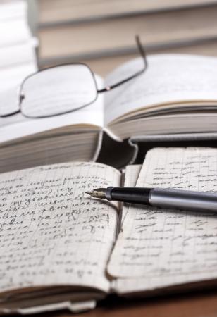 translate: libros y vol�menes sobre la mesa, profundidad de campo
