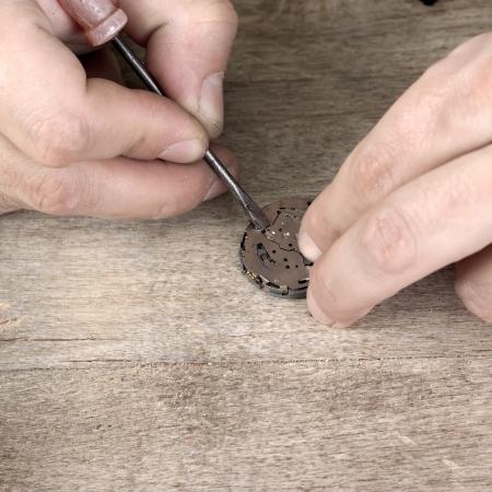 Close-up de relojoeiro repara Imagens