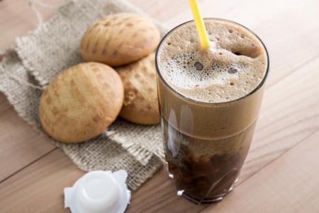 spicecake: Pasteles de miel caseros y caf� en la mesa, Foto de archivo