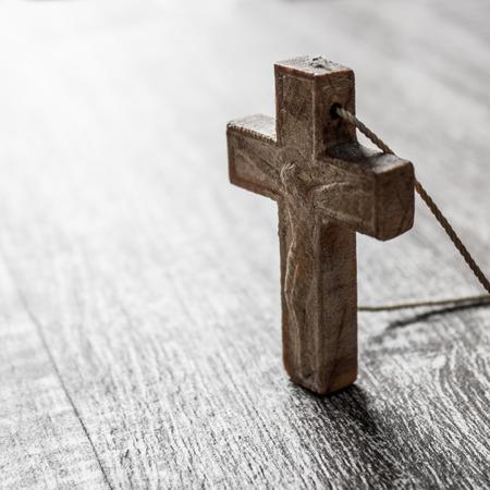 religion catolica: cruz de madera sobre una superficie de madera, de cerca Foto de archivo