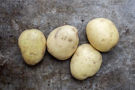 unwashed: Patate biologiche intere crude da un raccolto fresco, non lavati