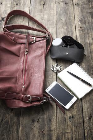 Frau Tasche Stoff, Handtasche über rustikale Holzuntergrund