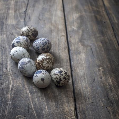 huevos de codorniz: huevos de codorniz sobre la mesa, de cerca