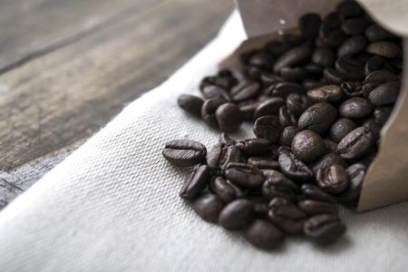 frijoles: Cerca de los granos de caf� en la mesa de edad.