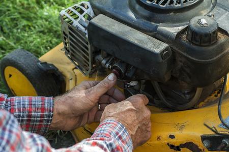 repairing lawn mower engine in close up Stockfoto