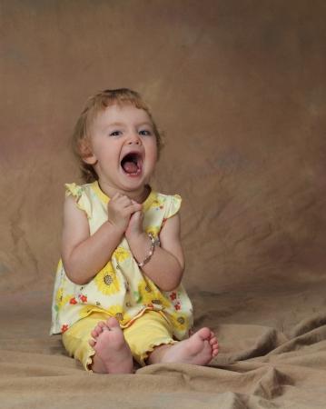 若い女の子がグリーで彼女の口を開きます