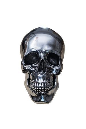 calavera: cráneo del cromo del metal aislado en el fondo blanco
