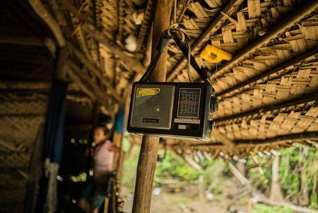 Récepteur radio dans la cabine d'un paysan indigène de la forêt amazonienne