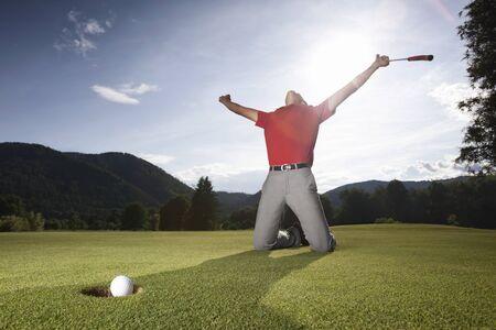 Jugador de golf acertado en verde.