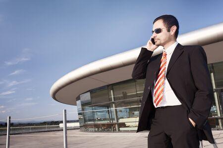 Persona de negocios en el teléfono.