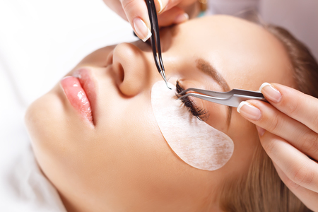 Wimper Extension Procedure. Vrouw oog met lange wimpers. Wimpers. Close-up, geselecteerd focus.