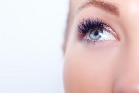 Mujer de los ojos con las pestañas largas. Extensión de pestañas. Latigazos. De cerca, enfoque seleccionado Foto de archivo