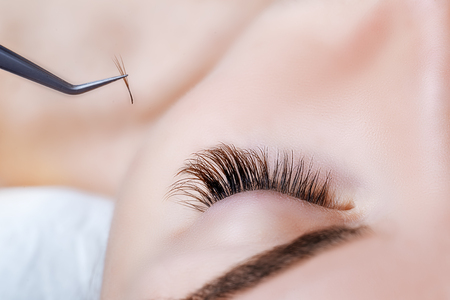 Vrouw oog met lange wimpers. Wimperverlenging. Wimpers. Close-up, geselecteerde focus