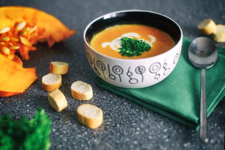Zuppa di zucca con erbe fresche. Cibo salutare. Messa a fuoco selettiva