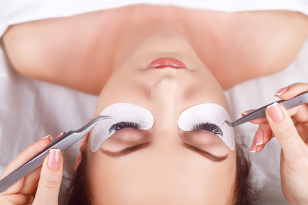 Wimper Extension Procedure. Vrouw oog met lange wimpers. Wimpers. Close-up, macro, selectieve aandacht