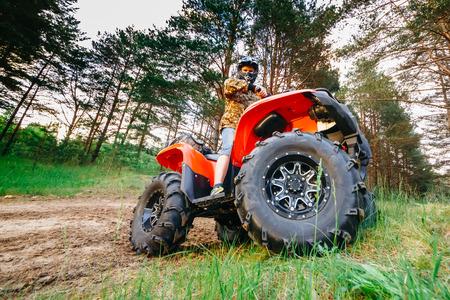 진흙 트랙에서 실행하는 ATV 쿼드 자전거에 남자 스톡 콘텐츠
