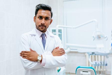 클리닉에 자신감이 아시아 남성 치과 의사의 초상화. 치과 진료소 개념
