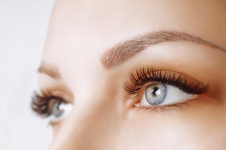 Procedura przedłużania rzęs. Kobieta oko z długimi rzęsami. Zamknij się, selektywna ostrość. Zdjęcie Seryjne