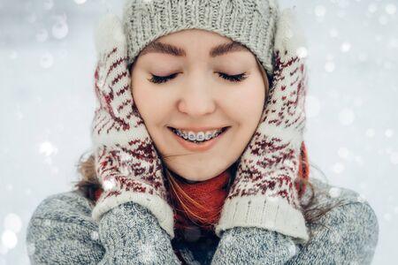 Portrait de jeune femme d'hiver. Beauté Joyful Model Girl riant et s'amusant dans le parc d'hiver. Belle jeune femme à l'extérieur, profitant de la nature, hiver