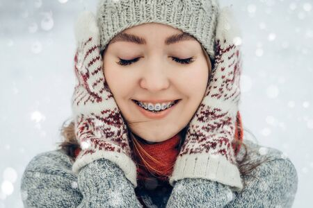 Retrato de mujer joven de invierno. Belleza Chica modelo alegre riendo y divirtiéndose en Winter Park. Hermosa mujer joven al aire libre, disfrutando de la naturaleza, invierno