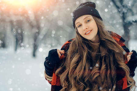 Winter young woman portrait. Beauty Joyful Model Girl laughing and having fun in winter park. Beautiful young female outdoors, Enjoying nature, wintertime 免版税图像