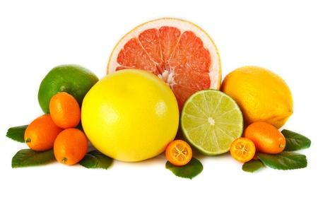 品揃え、白い背景の上の新鮮な柑橘系の果物。