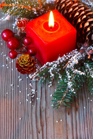 velas de navidad: Navidad composición con la rama de abeto y una vela roja.