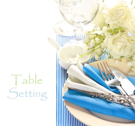 flower arrangement white table: Blue and white romantic table setting. Stock Photo