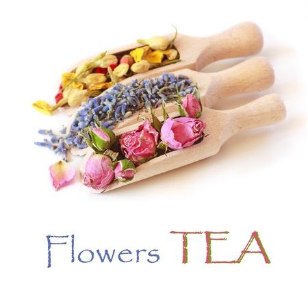 白い背景の上の木製のスクープで花茶コレクション