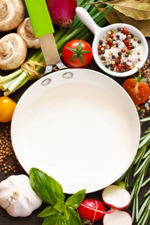 コピーまたはスペースを注意してくださいレシピの食材で囲まれた白いフライパン
