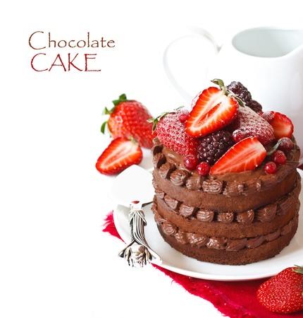 Heerlijke chocolade cake met slagroom en bessen op een witte achtergrond