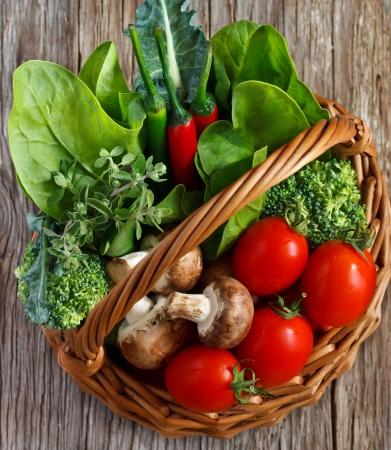 espinaca: Fresh cocina jardín de verduras en una canasta