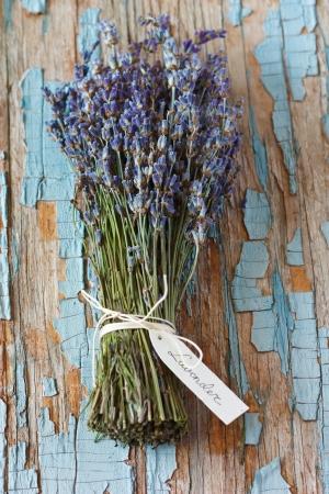 古い青いボード上のタグとラベンダーの花の束。