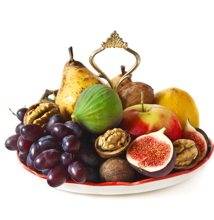 dessert plate: Deliziosi frutti maturi e noci su un piatto da dessert.