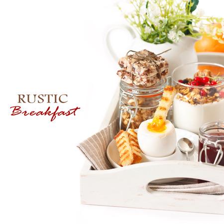 trays: Desayuno r�stico con huevo duro y granola hecha en casa en una bandeja de madera. Foto de archivo