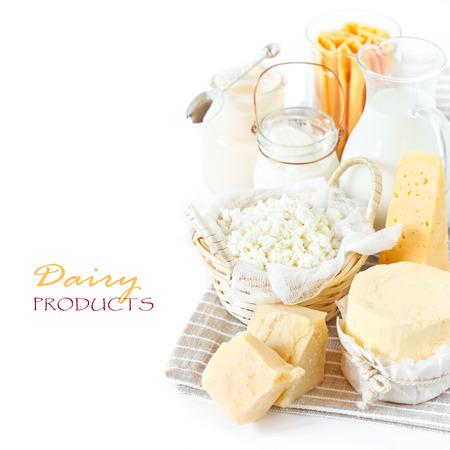 グレーのリネンのナプキンで新鮮な乳製品。素朴なスタイル。