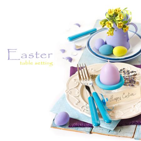 卵のキャンドルと花イースター テーブルの設定。