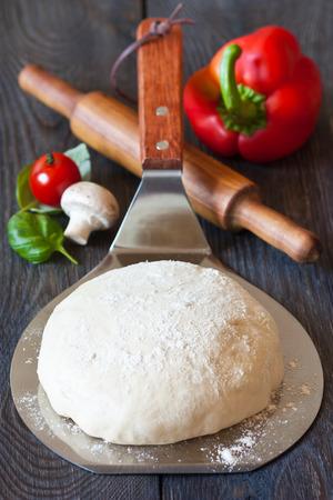 Homemade pizza dough on baker shovel close-up Stockfoto