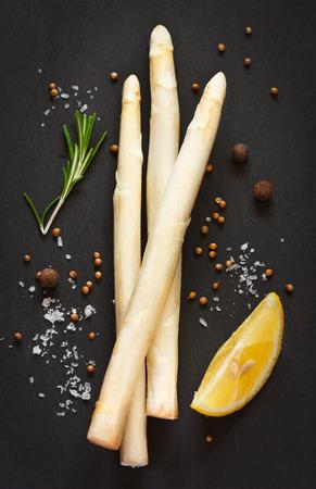 검은 색에 흰색 아스파라거스와 향신료