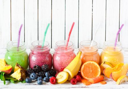 jugo de frutas: Batidos saludables con ingredientes frescos en un tablero de cocina. Foto de archivo