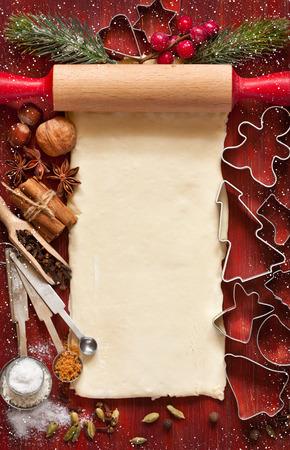 クリスマス クッキー カードを焼きます。クリスマス スパイス、クッキー カッター、自家製生地をいくつかの飾り。 写真素材
