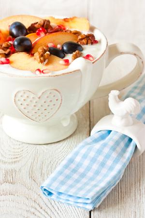 ensalada de frutas: yogur casero con fruta fresca en un tazón grande para la salud de cerca desayuno. Foto de archivo