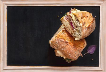sandwich de pollo: Deliciosos bocadillos de carne y algunas especias en tiza pizarra con copia espacio para el texto. Foto de archivo