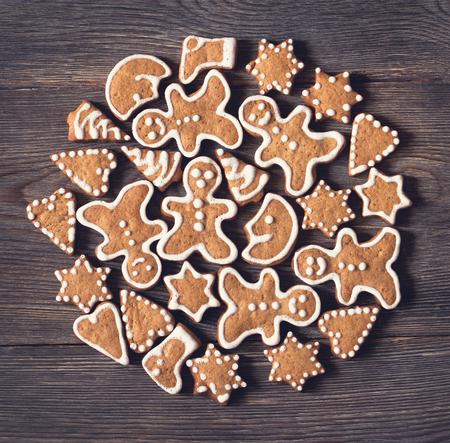 galletas de navidad: Domésticos galletas de jengibre de Navidad sobre fondo de madera vieja.