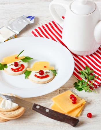 ni�os desayuno: Funny clown two cheese crackers for children breakfast.