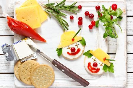 ni�os desayuno: payaso dos galletas de queso divertidos para los ni�os el desayuno. Foto de archivo