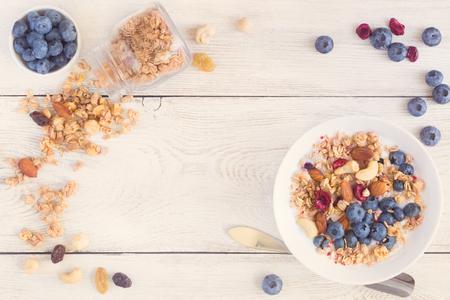 Zelfgemaakte muesli met vruchten en verse yoghurt.