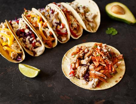 Variada composición de laicos plana de tacos de maíz mexicanos tradicionales Foto de archivo